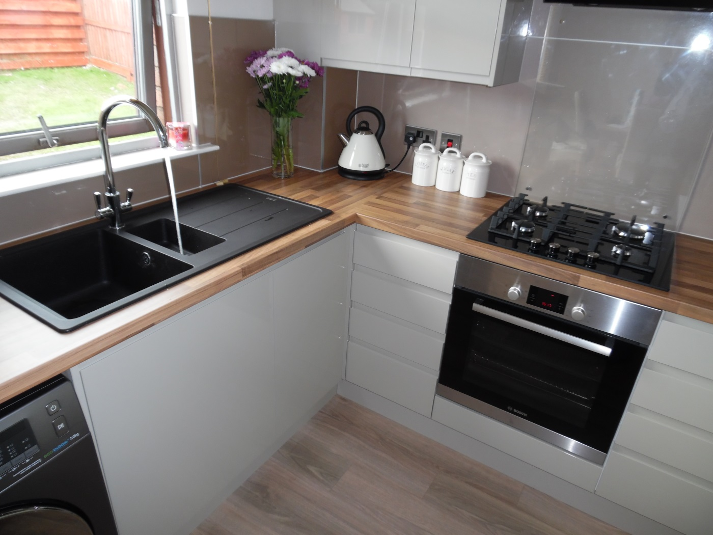 Modern Handleless Kitchen in Darnley